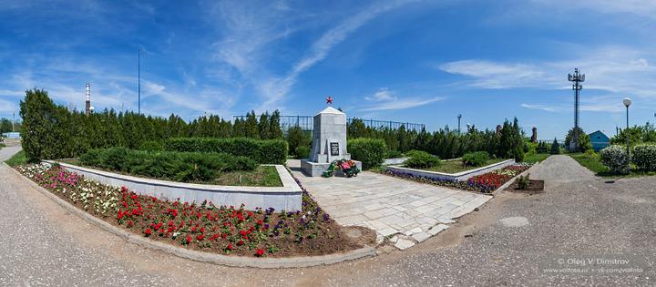 Братская могила у входа в парк
