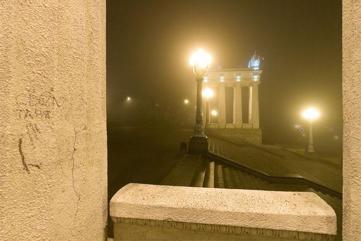 Лестница набережной в туман
