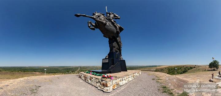 У памятника донским казакам