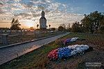 У братской могилы на мемориальном кладбище