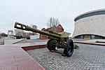 Боевые орудия у входа в музей