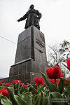 Памятник Хользунову в весенних тюл