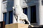 Львы у входа в театр