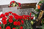 Цветы у малой братской могилы