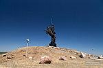Насыпной холм и памятник казакам