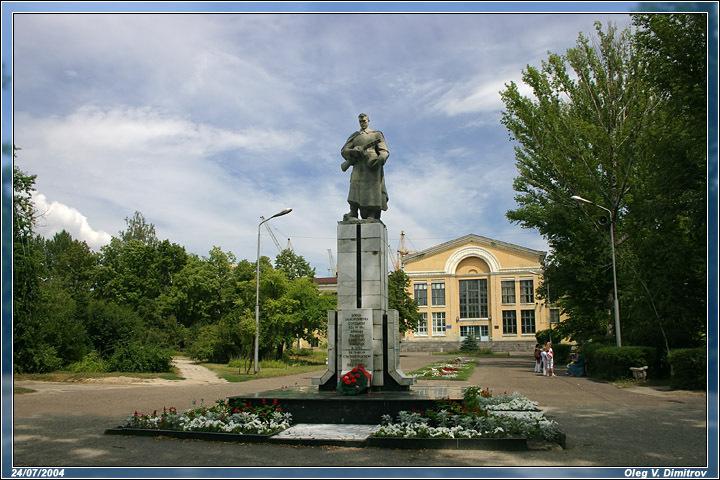 Братская могила располагается на центральной аллее парка ...: http://war-monument.livejournal.com/148121.html