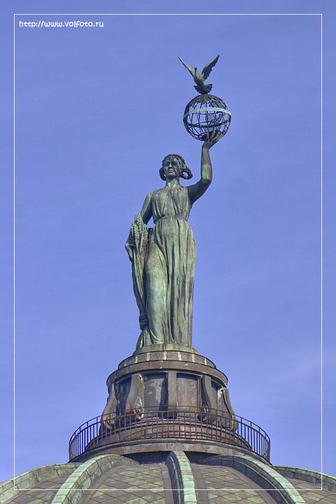 Скульптура девушки на планетарии фото