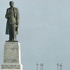 Памятник Сталину у входа в Волго-Донской канал - фото